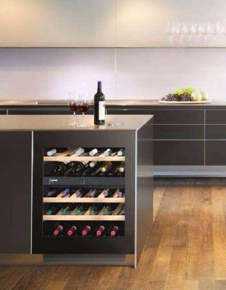 cantina di vino nell'isola della cucina