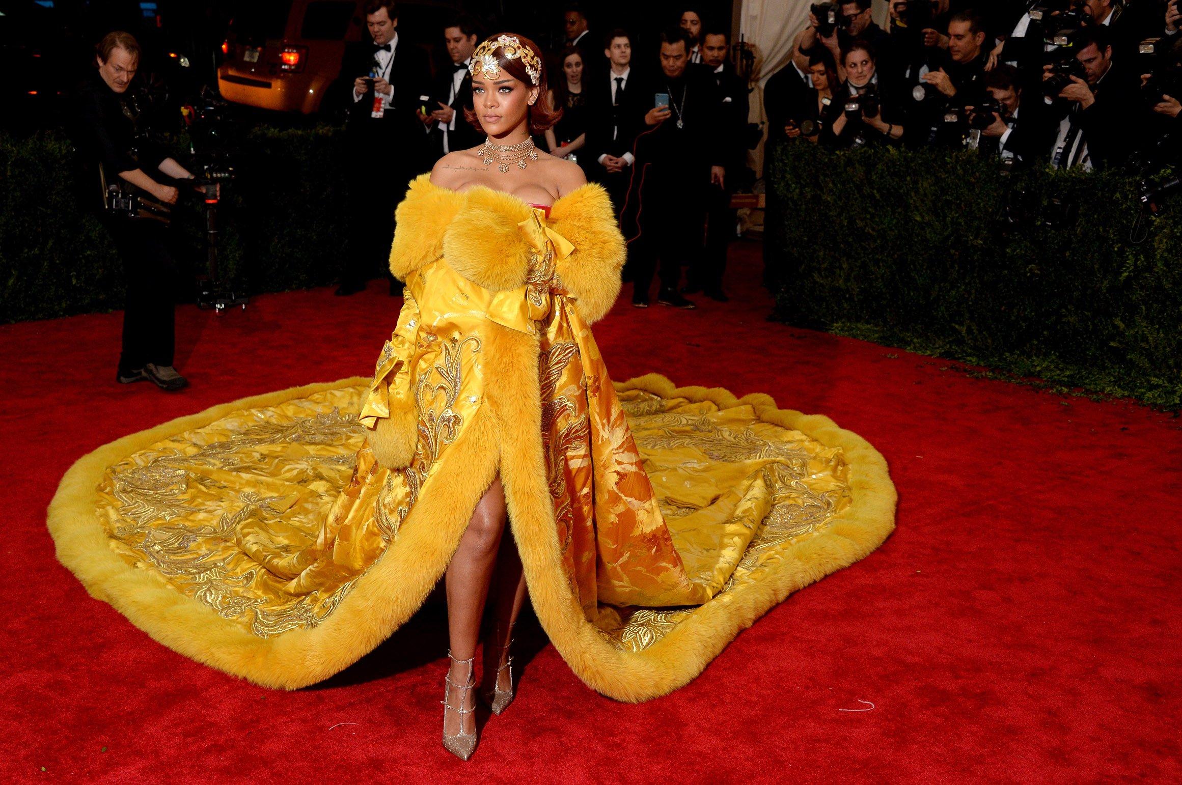 http://i-cms.journaldesfemmes.com/image_cms/original/10089598-rihanna-en-guo-pei-couture.jpg